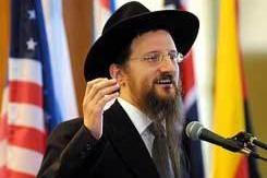 ynet: הרב לאזאר קורא להתפלל למען קורבנות הפיגוע