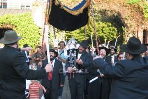 מאות חגגו הכנסת ספר תורה ביוג'ין