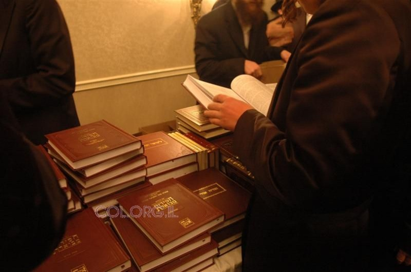 לאחר התפילה באהל הק', הספרים שוחררו