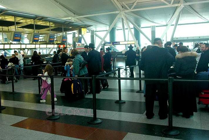 שליח נעצר בשדה-התעופה, COL הפעיל קשרים