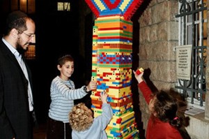 ירושלים: בנו חנוכייה מ-5,000 חלקים
