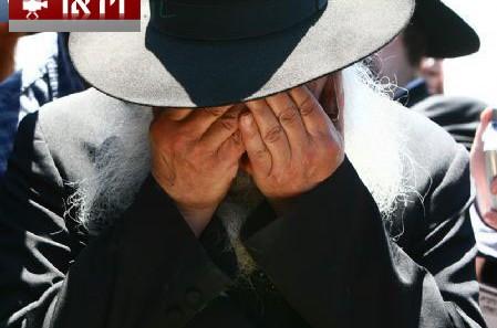 מול מיטת אחיו, פרץ מזכירו של הרבי בבכי ● וידאו