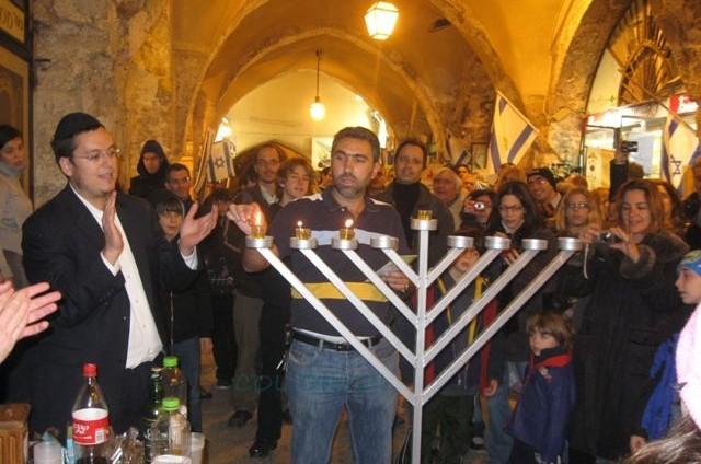 הרובע היהודי: הדלקת נרות חנוכה בקרדו