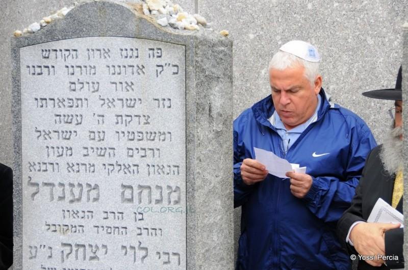 מאמן הכדורסל הישראלי נשא תפילה באהל ● תמונות בלעדיות