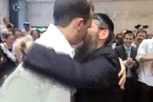 אברהם פריד שימח בחתונה שריגשה מאות אלפים ● מרגש