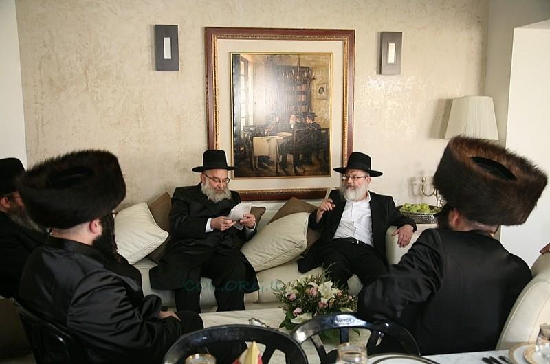ערב החג: משלחת רבנים ומשפיעים בבית רב הכותל ● תמונות