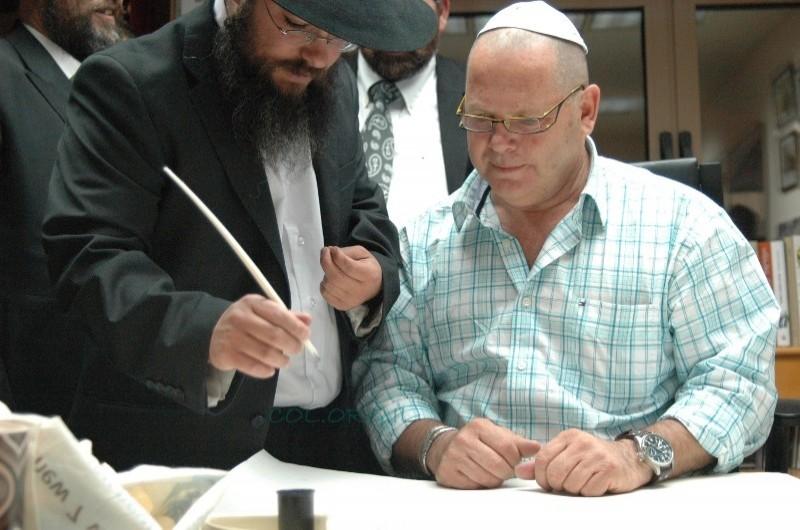 ראש המועצה הופתע בלשכתו בתחילת כתיבת ספר תורה