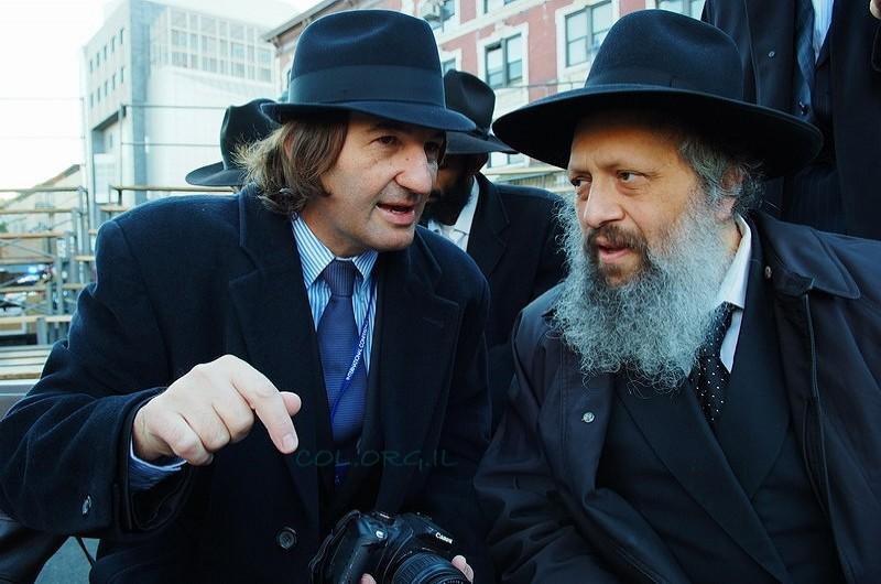 תמונת היום ● השליח והעיתונאי