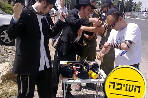 רק בישראל: הקימו דוכן תפילין, וקיבלו קנס ● בלעדי