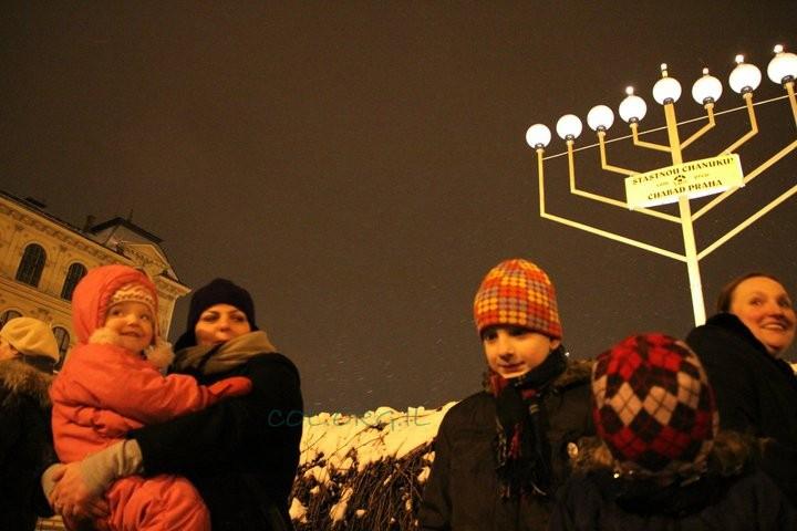 תיעוד מרהיב: ההדלקה בפראג, בתוך השלג ● גלריה