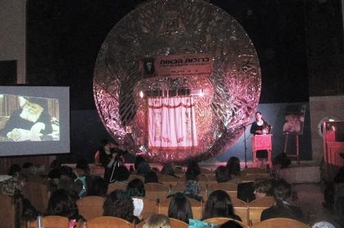 תל אביב: מאות נשים באירוע לכבודה של הרבנית נ