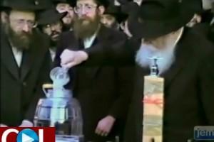 """מעמד שאיבת """"מים שלנו"""" עם הרבי: היום לפני 24 שנה ○ וידאו"""