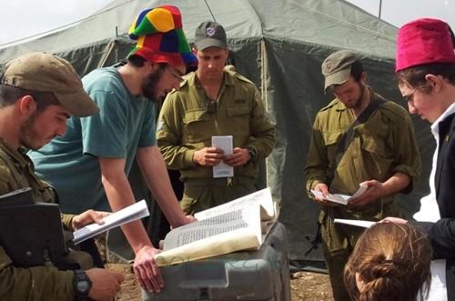 שמחה פורצת גדר בפעילות עם חיילי צה