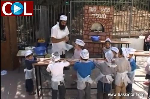 ילדי מעלה אדומים אופים מצות ● צפו בוידאו