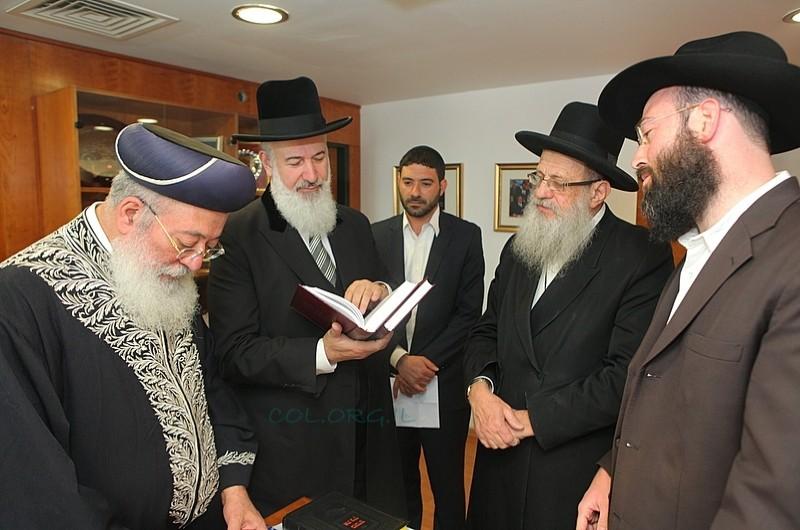 ערב החג: הרבנים הראשיים קיבלו את 'הגדת הרבי' ● תמונות