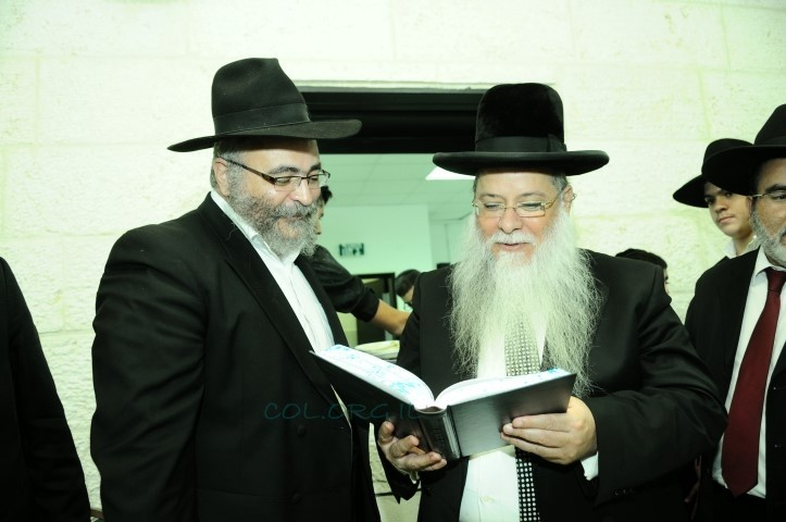הרב אליטוב העניק את ספרו לרב העיר אלעד