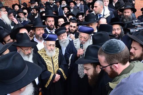 צפו בוידאו: דברי הפרידה של הרב עמאר בהלווית הרב אשכנזי