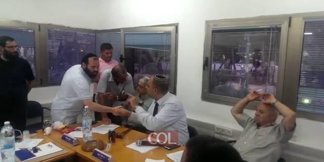 נציג חבד בשיחה סוערת עם יאיר רביבו על נושא השריפות המזהמות