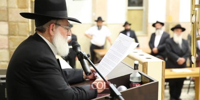 הרב זלמן גופין קורא את המכתב בכנס האחדות בכפר