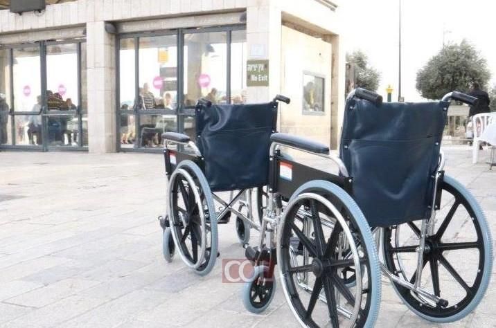 כסאות גלגלים הועמדו לטובת בעלי מוגבלויות הפוקדים את הכותל