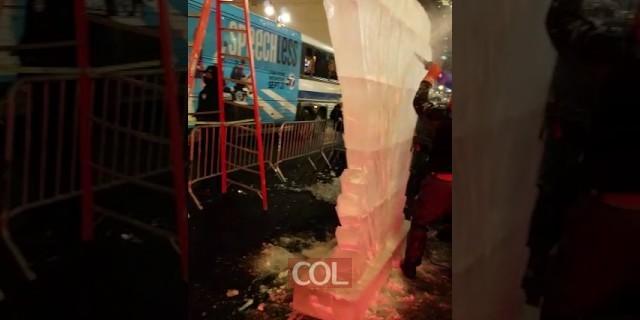 כך יצרו את חנוכית הקרח במנהטן