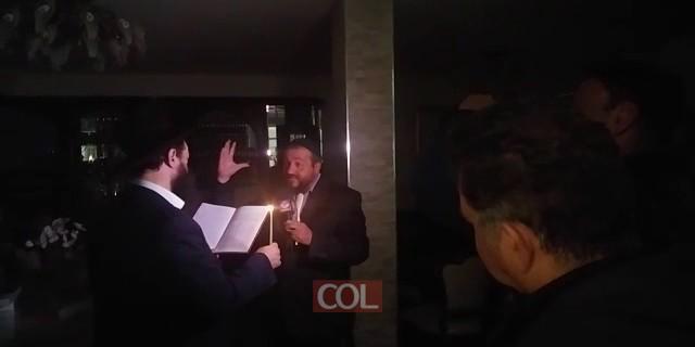 בדיקת חמץ בשידור חי מבית משפחת רוט בירושלים