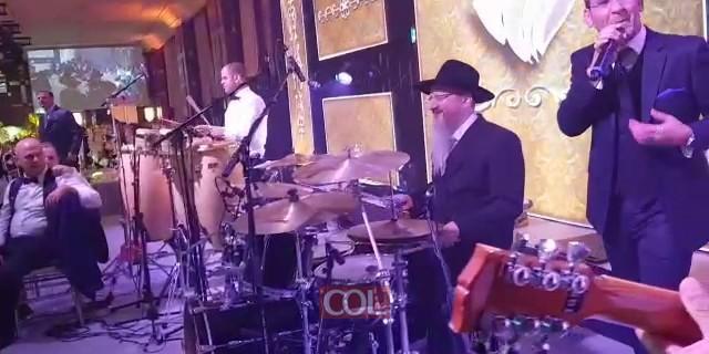 הרב לאזאר מנגן בחתונת בנו במוסקבה