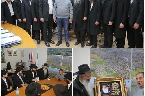 עשרת שלוחי הרבי לנס ציונה בהתוועדות עם ראש העיר