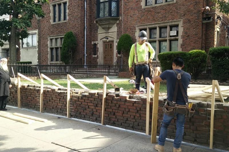 הוחל בשיקום גדר האבנים סביב חצר 770 • צפו בתיעוד