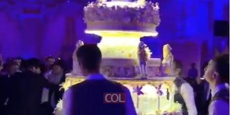 עוגת חתונה מפוארת בחתונה של בנו של הנגיד ר' לב לבייב. עלות עוגת החתונה מוערכת בכ- 25,000 $