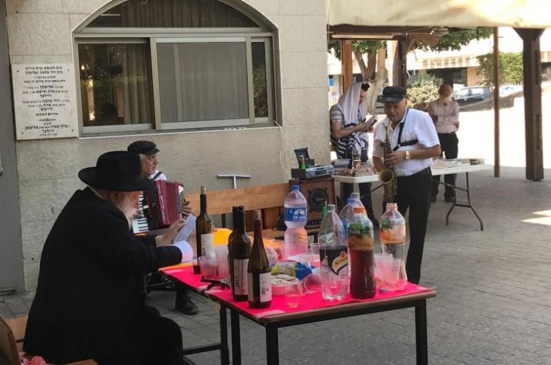 בפתח בית הכנסת בנחל'ה: כליזמרים במחרוזת שירי חתונה • צפו