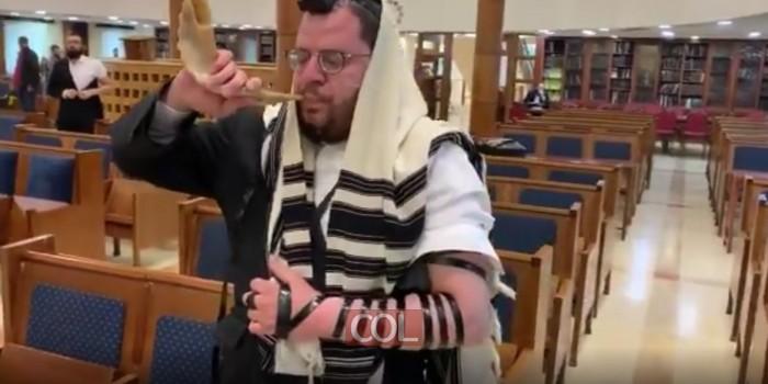 אריה שאג: סגן עורך 'משפחה' ר' אריה ארליך, השוהה במוסקבה, נצפה הבוקר בבית הכנסת מרינה רושצ'ה כשהוא מזכה את המתפללים בתקיעת בשופר