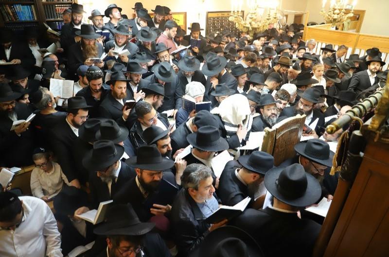 במוצאי מנוחה: ה'סליחות' בבית הכנסת של הרבי בפריז • תיעוד