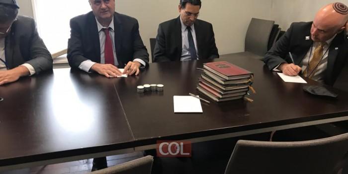 שר החוץ כץ בכתיבת פדיון נפש, לפני כניסתו לאוהל הבוקר