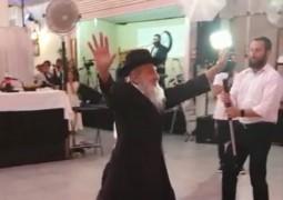 גולש שיגר: ר' יעקב לרנר בריקוד חתונתי אופייני, באוהל האירועים בכפר חב
