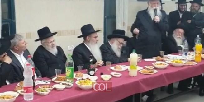 הרב גרוסמן מברך  בהתוועדות לרגל יום הולדתו של רבה של קריית אתא, הרב חיים שלמה דיסקין
