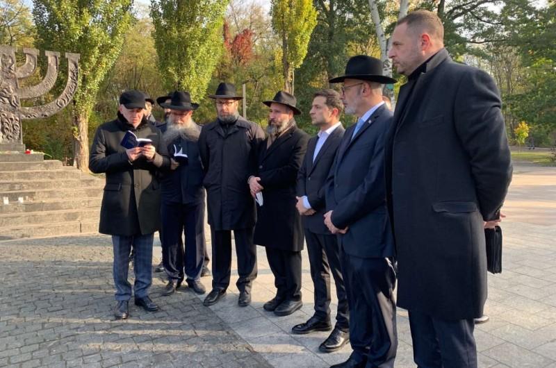 נשיא אוקראינה והשלוחים בטקס הזיכרון ב'באבי יאר'