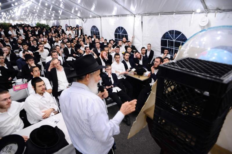 לפני כפרות: גבאי בית הכנסת מסר שיעור ייחודי לאורחים