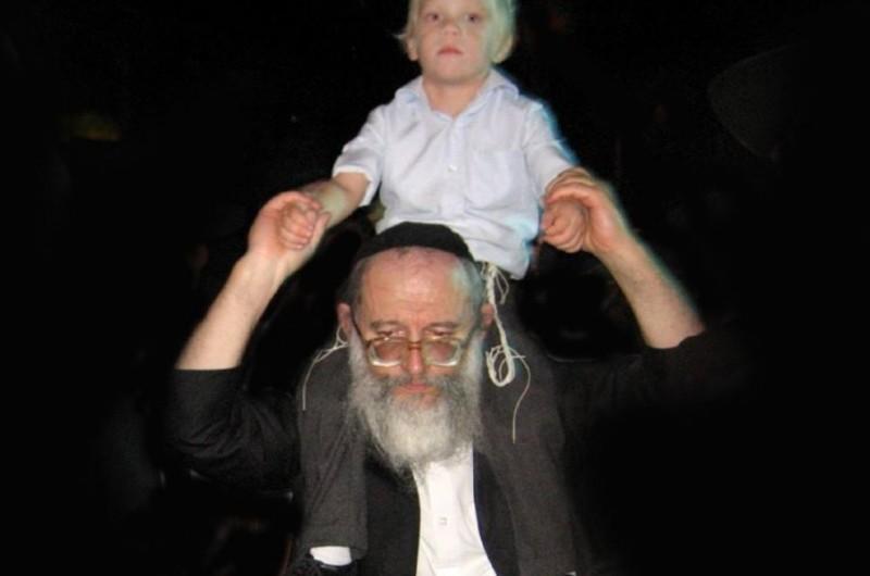 עם סוכות ניידות יצאנו • שמואל בן-צבי מגיש גלריית 'היו ימים'