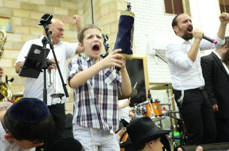 כל הנערים: הקפות שניות בכפר חב