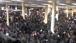 צפו: אלפים שרים ורוקדים בהתוועדות המרכזית עם צאת החג ב-770