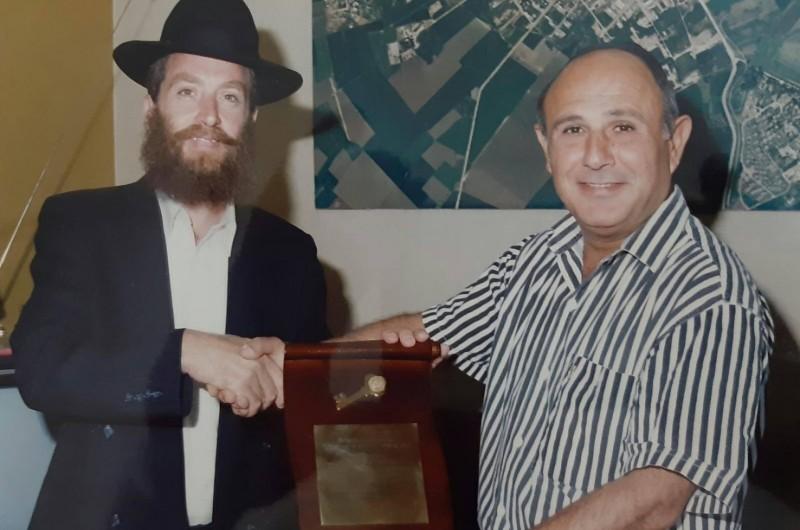 לפני 28 שנה: ראש העיר עפולה מסר לרבי את 'מפתח' העיר