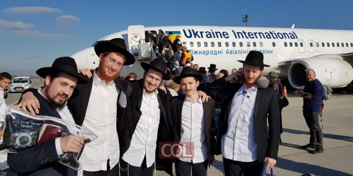 התלמידים השלוחים לישיבת 'תורת אמת' בירושלים, הבוקר בשדה התעופה בקייב, רוקדים למרגלות המטוס בדרכם למקום השליחות