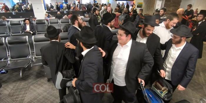 'התלמידים השלוחים' בריקוד סוחף בשדה התעופה - בדרכם לארץ הקודש, עם סיום שנת ה'קבוצה'