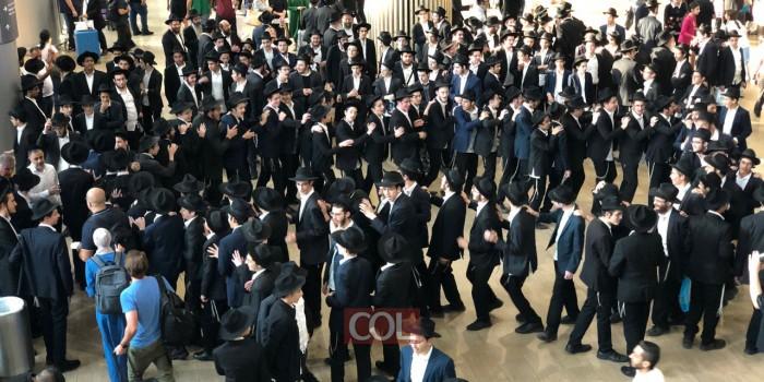 השתלטו על הטרמינל: חברי ה'קבוצה' השבים ארצה בריקוד סוחף