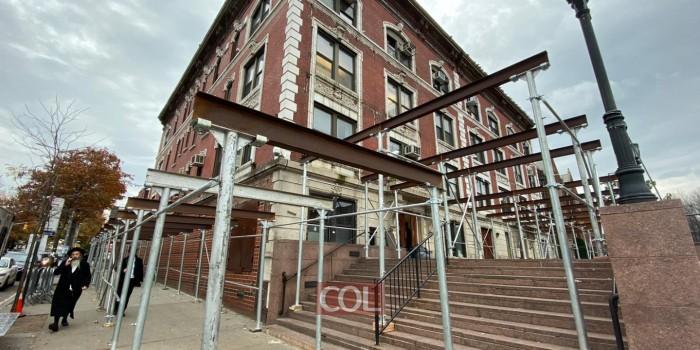 החלו עבודות השיקום של חזית בניין המשרדים ב-770