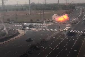 פיצוץ ועשן: רקטה 'פספסה' שני כלי רכב בצומת יבנה • צפו
