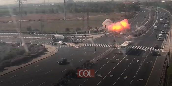 מצמרר: רקטה 'פספסה' שני כלי רכב בכביש בצומת יבנה • רגע הפגיעה (צילום: נתיבי ישראל)