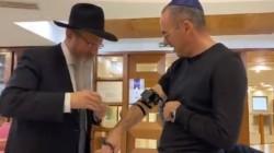 צפו: רבה של רוסיה השליח הרב בערל לאזאר בהנחת תפילין למנכ