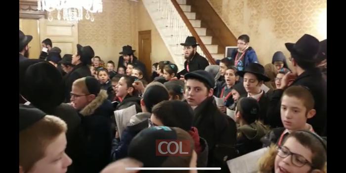 קעמפ 'ילדי השלוחים' דוברי העברית בתפילה מלאת חיות עם המדריכים בביתו של הרבי. צפו: